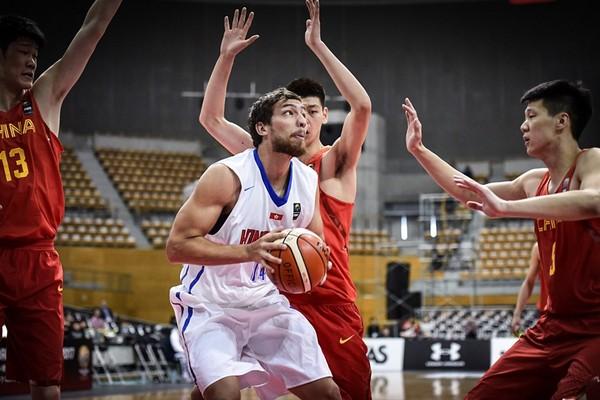 ▲東亞男籃資格賽,中華隊戴維斯、香港隊惠龍兒。(圖/取自FIBA官網)