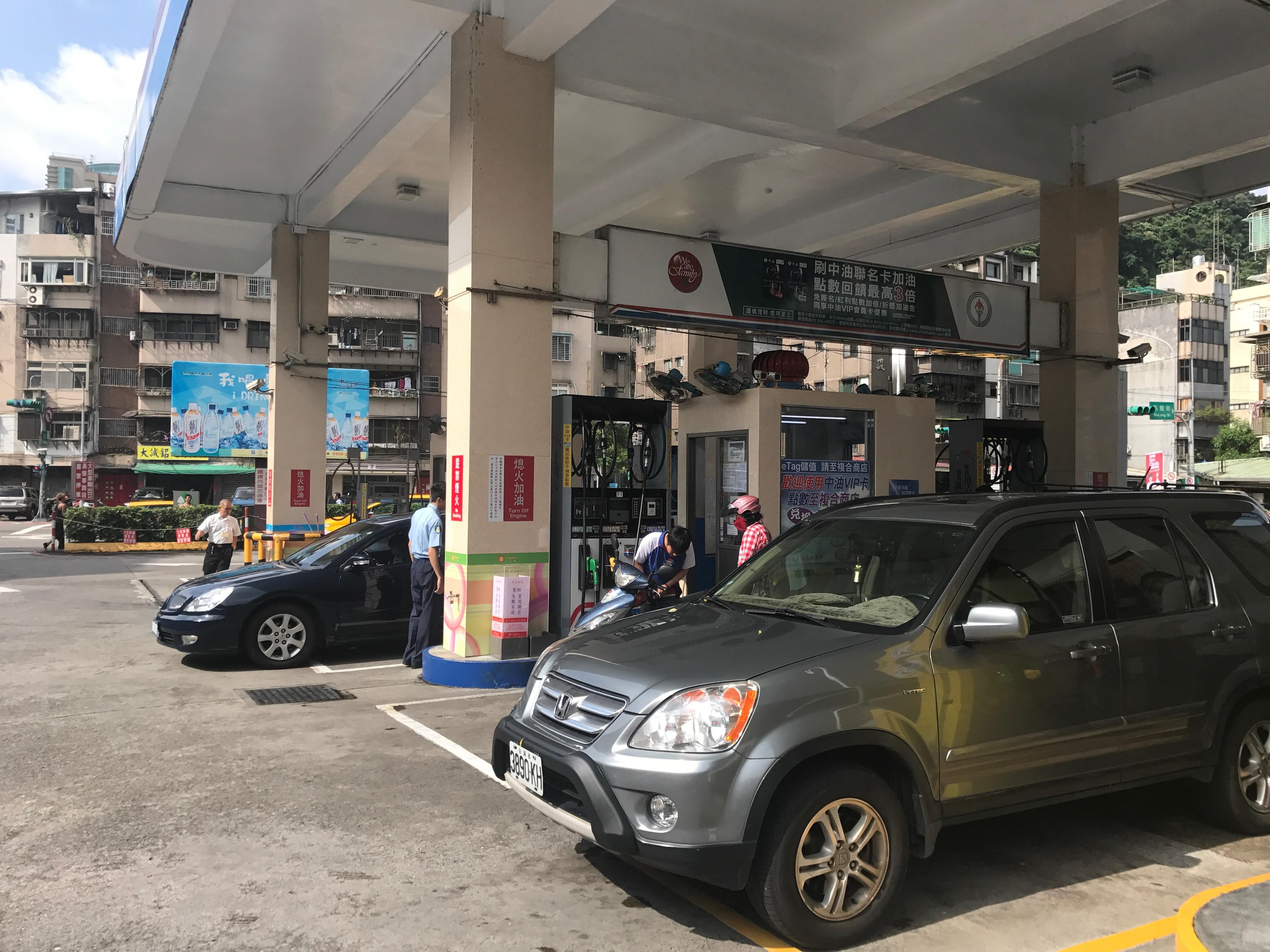 ▲自助加油完佔車道清玻璃,後車駕駛理論爆衝突雙方掛彩。加油站,自助加油,加油站示意圖(圖/記者柳名耕攝)