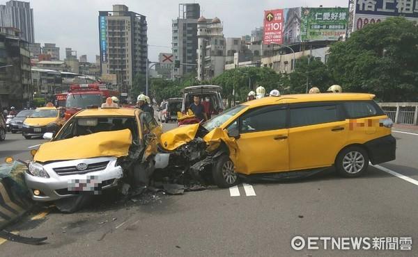 ▲永和區中正橋發生2計程車車禍意外,共3人送醫。(圖/林煒傑記者翻攝)