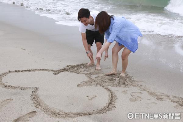 情侶、海邊、夏天(圖/記者黃克翔攝)