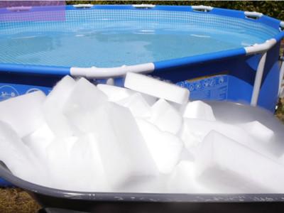 「350公斤乾冰」丟入池!好奇會發生什麼事..他又丟了台PS4下去