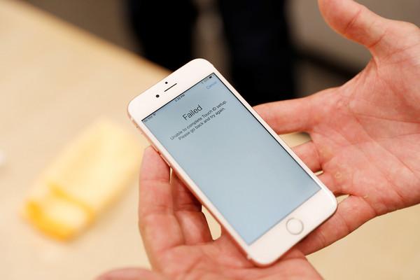 ▲蘋果預計今年底前,將iPhone螢幕專用維修機提供給全球約400家經授權第三方維修業者。(圖/路透)