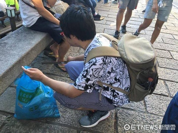 日本網友中島健一主動到北投公園撿垃圾、打掃環境。(圖/中島健一授權提供)