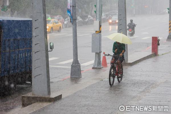 下雨天,大雨,豪雨,天氣,行車安全,雨天行車,交通安全,腳踏車,自行車,單車(圖/記者季相儒攝)