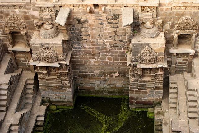 ▲印度最大「倒金字塔」 3500階的「月亮水井」是國王的泳池(圖/翻攝自Chand baori官網http://www.chandbaori.org/)