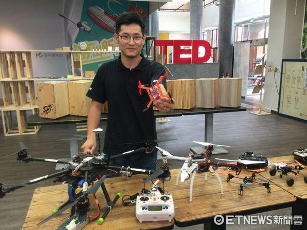 ▲張東琳指導「無人機自組課程」,激發青少年對科技興趣。(圖/記者楊淑媛攝)