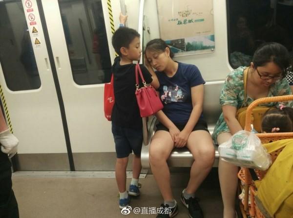 小男孩先讓位給帶小孩的婦女,再主動把手當肉墊,讓媽媽好好睡覺。(圖/翻攝自直播成都微博)