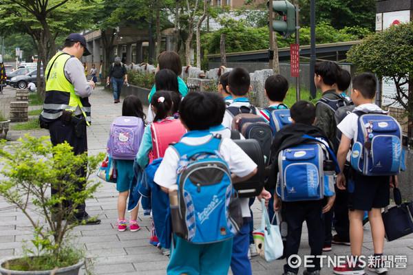警察駐點,維護治安,維護安全,上下學安全,小學放學,小學生,校園安全,教育,國小(圖/記者季相儒攝)