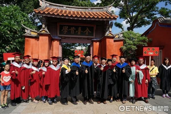 ▲南大師長帶領畢業生從校門步行到孔廟,參與南大特有的祭孔儀式。(圖/南大提供)