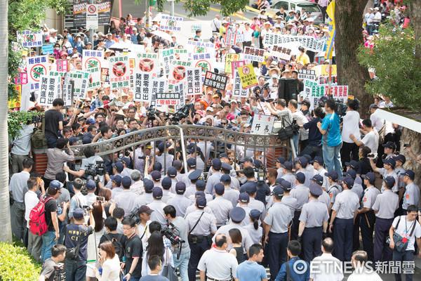 ▲養豬戶約千人到立法院陳抗。美豬抗議(圖/記者季相儒攝)