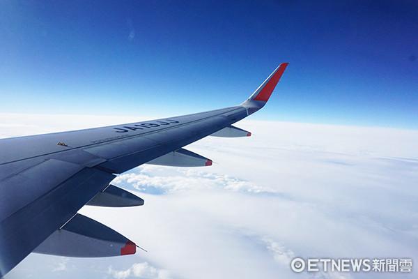 民眾出國旅遊時,若是刷卡買機票,必須瞭解到其所贈送的旅平險保障有相關限定,最好仍是要再加購其他保險,才能更安心出遊。(圖/記者官仲凱攝)