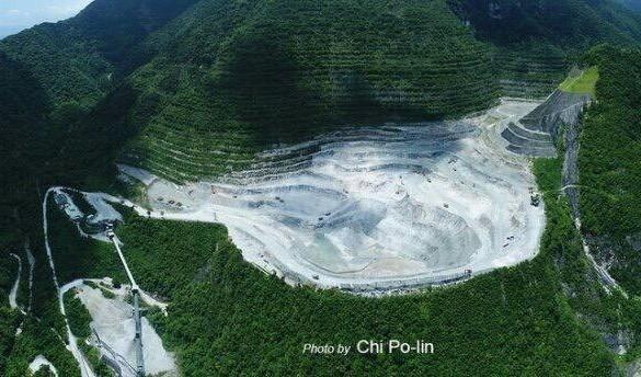 ▲▼《看見台灣》齊柏林空拍亞泥在太魯閣採礦場的全景,意外發現「比5年前挖得更深」。(圖/多羅滿賞鯨提供)