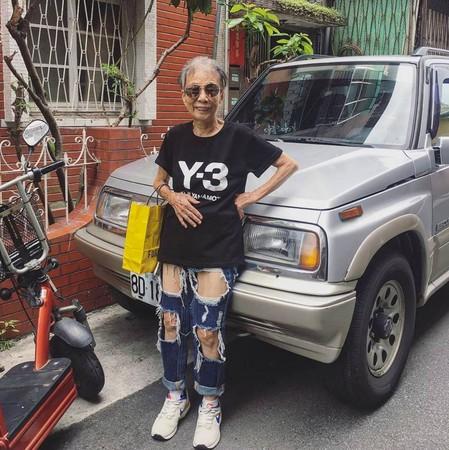 ▲潮嬤林莊月里(月光仙子)1日在IG分享破褲照,讓網友再度瘋狂。(圖/翻攝「moonlin0106」Instagram)