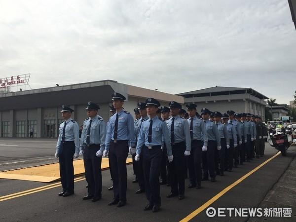 ▲▼齊柏林遺體抵達台北,空軍列隊歡迎。(圖/記者楊佳穎攝)