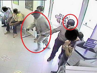 3個「紳士劫匪」嚇昏銀行女經理...他們合力救人才逃亡