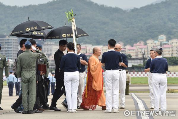 ▲▼齊柏林導演暨助理,機師等三人遺體返抵松山機場。(圖/記者李毓康攝)