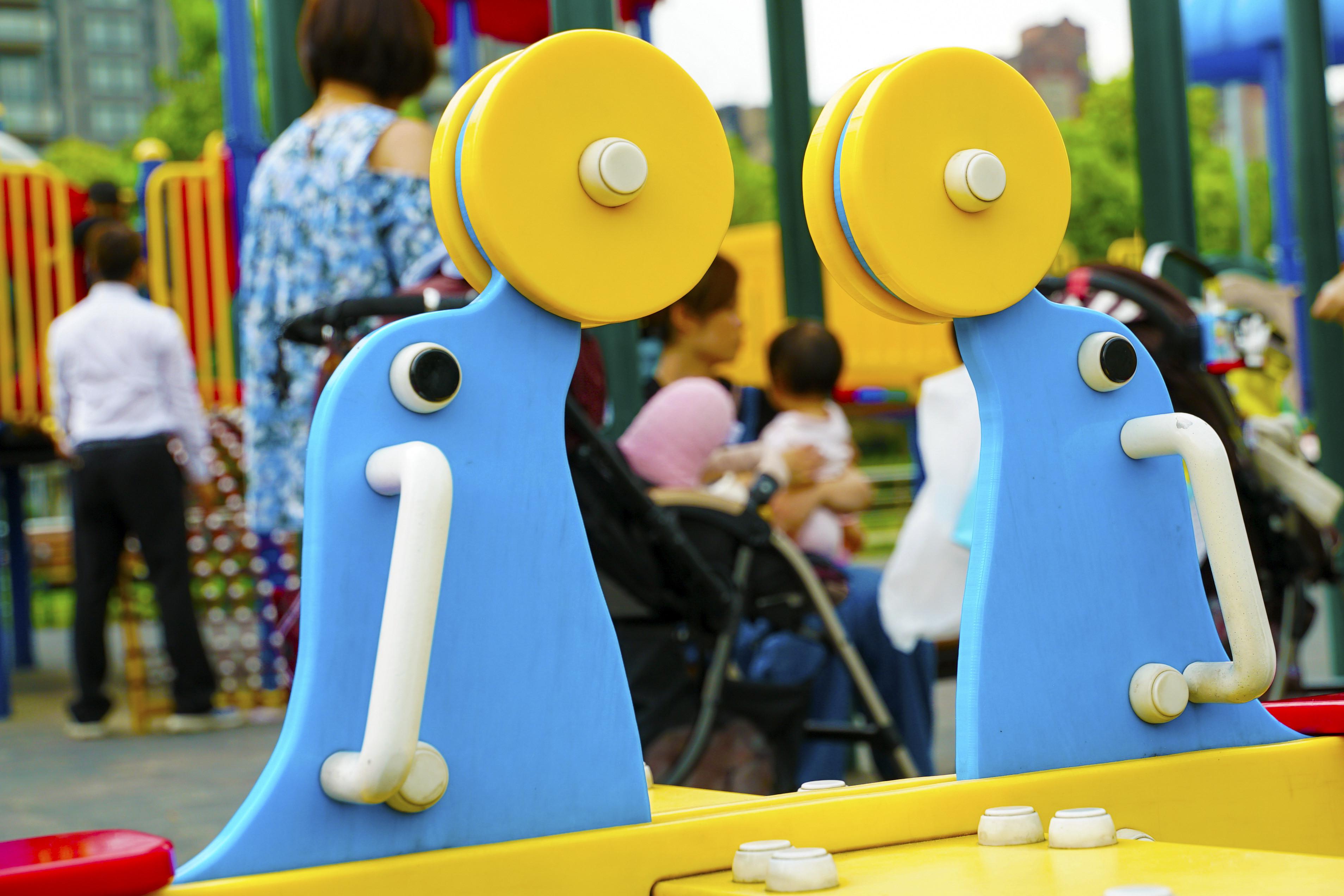 ▲ 親子,兒童,嬰兒,遊樂園,遊樂設施,娃娃車,家長小孩互動,餵奶,換尿布(圖/記者姜國輝攝)