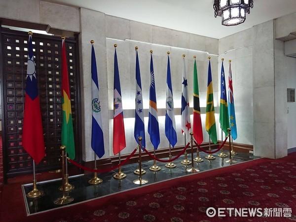 ▲巴拿馬國旗仍掛在外交部內。(圖/記者翁嫆琄攝)