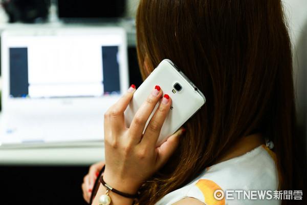 手機,低頭族,上班族,女性,講電話(圖/記者周宸亘攝)
