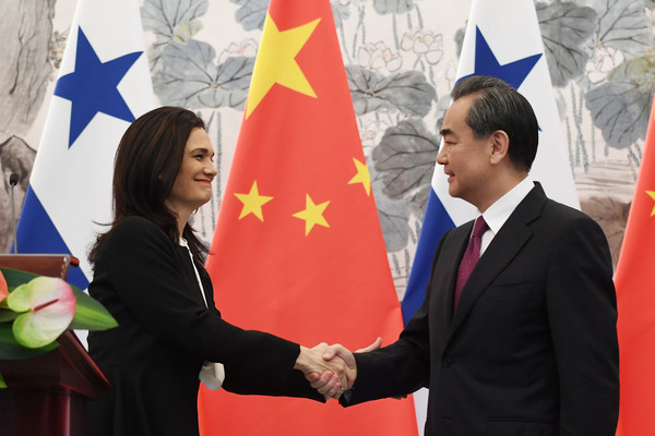 ▲巴拿馬副總統兼外長德尚瑪洛與中國外交部長王毅,北京會面並簽署建交公報。(圖/路透社)