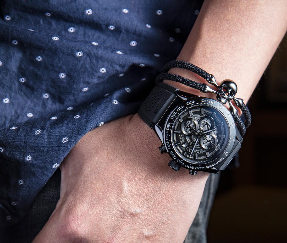 黑色陶瓷錶殼的豪雅Heuer-01腕錶,配上黑色鉑金的骷髏頭手環,看起來相當Rock!(錶款定價NT$195,600,StingHD手環定價NT$34,300)