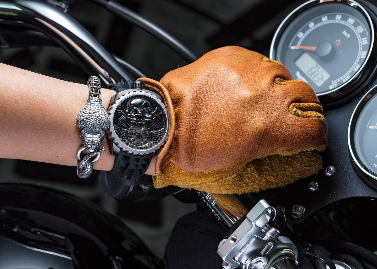 你有在騎重機嗎?BOMBERG今年新的Skull Rider腕錶有個大大的骷髏頭,橡膠錶帶還作仿鉚釘的造型,看起來好Hardcore!(錶款定價NT$118,000,BOMBERG手環定價NT$6,500)