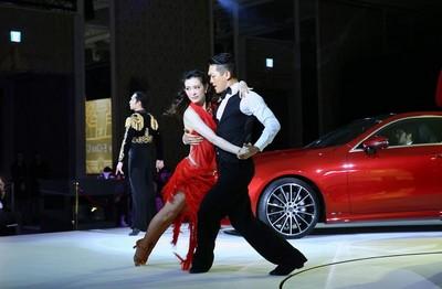 為慶祝這台雙門轎跑的首度登台,賓士特別邀請了國標女王劉真表演華爾滋與探戈等舞曲。