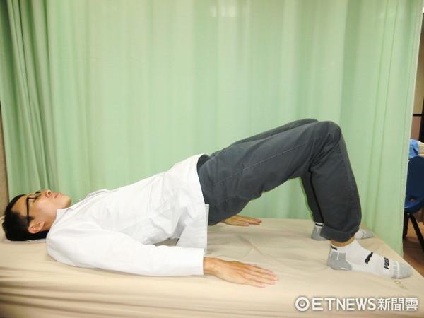 ▲拱橋運動,胡遠騏物理治療師。(圖/活力得中山脊椎外科醫院)