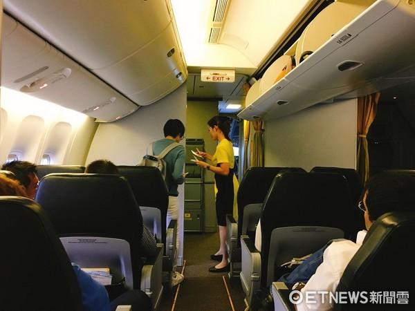 酷鳥航空,旅客,機艙,機上座椅,機艙座椅,飛機上的座椅,行李櫃,行李置物櫃,頭頂置物櫃,飛機行李置物櫃,飛機行李置物箱,飛機走道,空姐,空姐服務,空服員服務。(圖/記者蔡玟君攝)