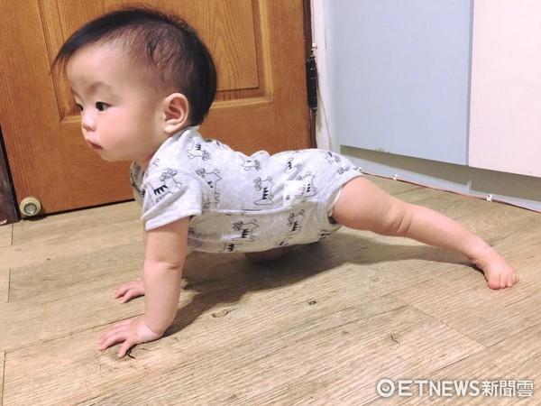 ▲▼寶寶鞍馬爬地板。(圖/寶寶爸提供)