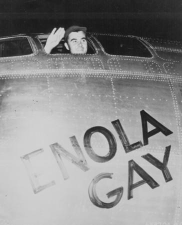 ▲▼保羅·蒂貝茨駕駛B-29艾諾拉·蓋伊號(Enola Gay)向日本投下第一枚小男孩原子彈。(圖/路透社)