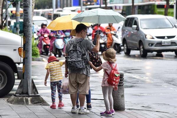 ▲▼下雨,雨天,天氣,豪大雨,雷陣雨,梅雨,降雨,氣象,行人,親子,家長,小孩。(圖/記者李毓康攝)