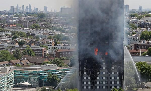 英國倫敦西區24層公寓大樓格蘭菲塔(Grenfell Tower)大火。(圖/CFP)