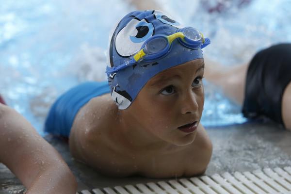 仰式快到不科學!6歲「無臂男童」泳賽奪冠...家貧到泳褲都教練給(圖/達志影像/美聯社)