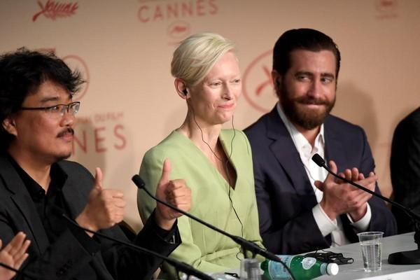 《玉子》導演奉俊昊(左起)率演員蒂妲絲雲頓、傑克葛倫霍出席坎城影展。(東方IC)