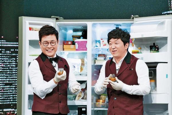 Netflix與JTBC簽署購入600小時節目,其中包括金成柱(左)、鄭亨敦主持的當紅綜藝節目《拜託了冰箱》。(翻攝自網路)