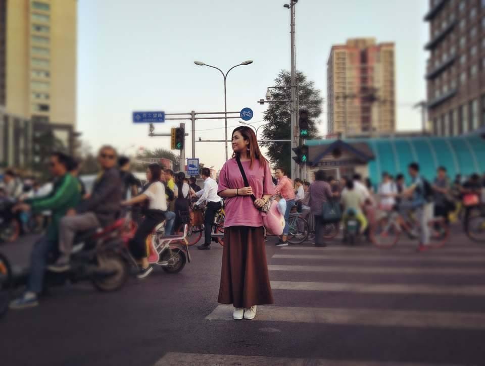 ▲Selina拍街拍。(圖/翻攝Selina粉絲專頁)