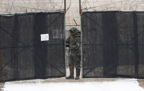 ▲▼非軍事區(DMZ)內佈滿地雷,兩側還有鐵絲網、電擊圍欄以及大量監視器,南北韓也都部署大批軍隊在裡頭。(圖/達志影像/美聯社)