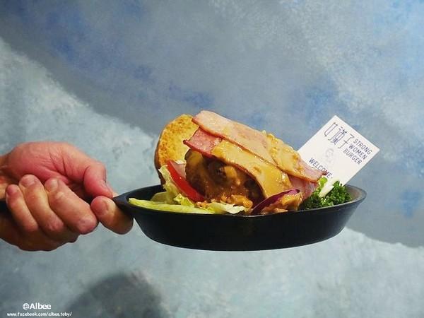 女漢子/手作漢堡。(圖/愛比妞)