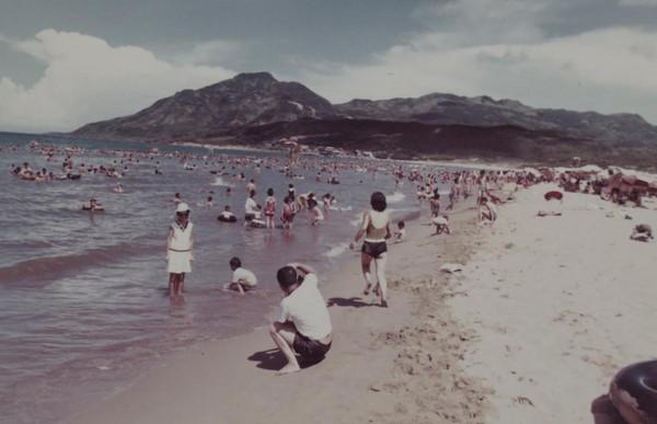 福隆海水浴場的沙灘,從以前到現在,每到夏日都是遊人如織。