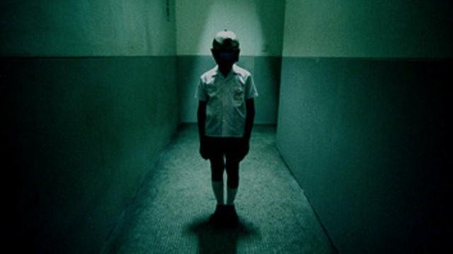 【小檸檬】半夜迴盪小孩笑聲、感應燈閃不停 新訓菜兵雙雙中邪(圖/《見鬼》劇照)