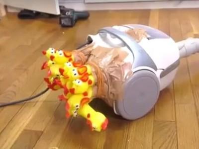 吸塵器塞尖叫雞 開關一按「魔性叫聲R~」讓人笑到翻