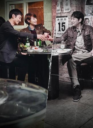 韓劇《信號》中,主角透過對講機與過去警探一起辦案。