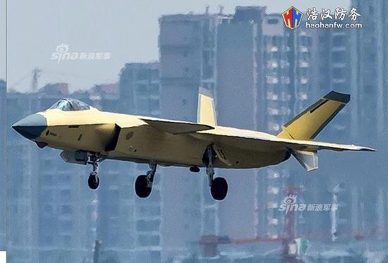 大陸曝光最新一張黃皮殲-20量產型戰機照片,其起落架上印有紅色15字樣,代表著該架殲-20是量產型的第15架。(圖/翻攝自新浪軍事)