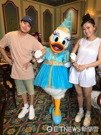 ▲方志友證實懷4個月,和楊銘威在上海迪士尼度假。(圖/經紀人提供)