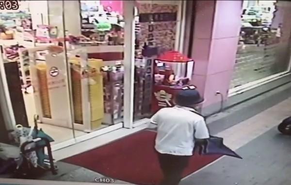 大雨進門購物5分鐘...塑膠白傘秒被換藍傘 阿伯自在離開(圖/翻攝自爆料公社臉書)