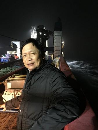 桂冠一度被捲入食安風暴,王正明特地前往魚貨來源的阿拉斯加溯源,以展示對食材來源的重視。(桂冠提供)