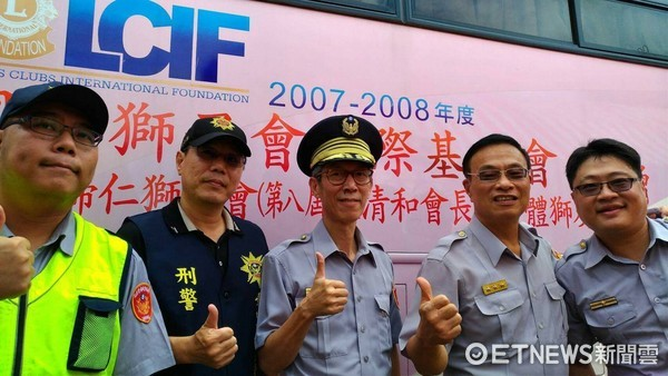 ▲這次捐血亦是警察節捐血活動的最後一場壓軸,台南市警局長黃宗仁(右二)與警六分局吳清飛(右三)特別趕到場挽袖捐血,拋磚引玉。(圖/警方提供)