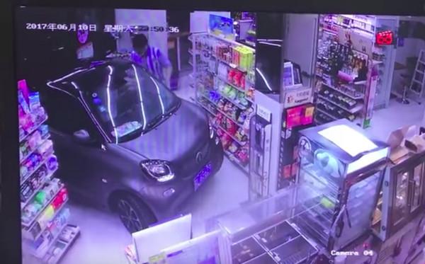 ▲最狂得來速!駕駛開進超商購物 店員結完帳還指揮倒退(圖/翻攝自YouTube)