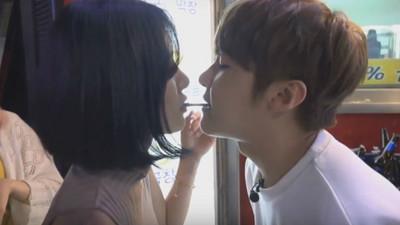 韓男直播街頭搭訕,跟正妹咬餅乾「唇貼唇」get√